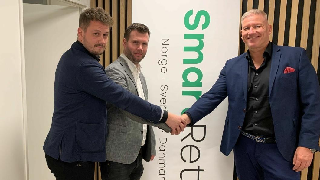 Gründerne av Linus Näsström (til venstre) og Andreas Lagerbäck selger sin virksomhet til SmartRetur og konsernsjef Søren Eriksen.