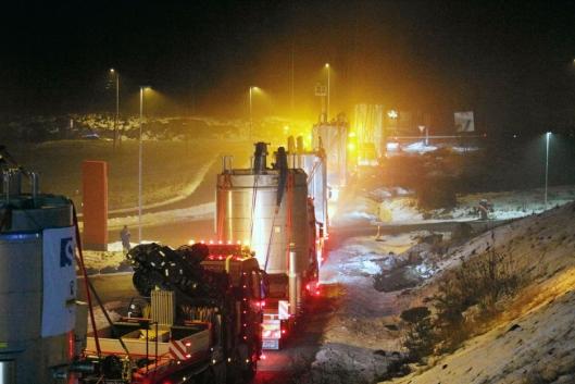 Lang, lang rekke med spesialbiler og andre involverte kjøretøy på veien til Sarpsborg. Foto: Fosby AS