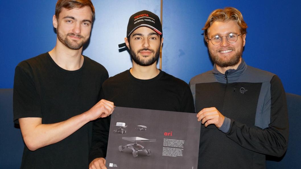 Semifinalistene Lars Svensen, Arvin Farahmand og Petter Sommerseth med arbeidsmauren «Ari».