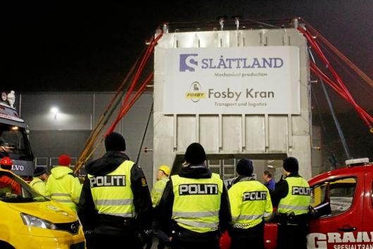 Fosby Kran AS berømmer alle involverte. Politiet stolte mannssterke opp. Foto: Fosby AS