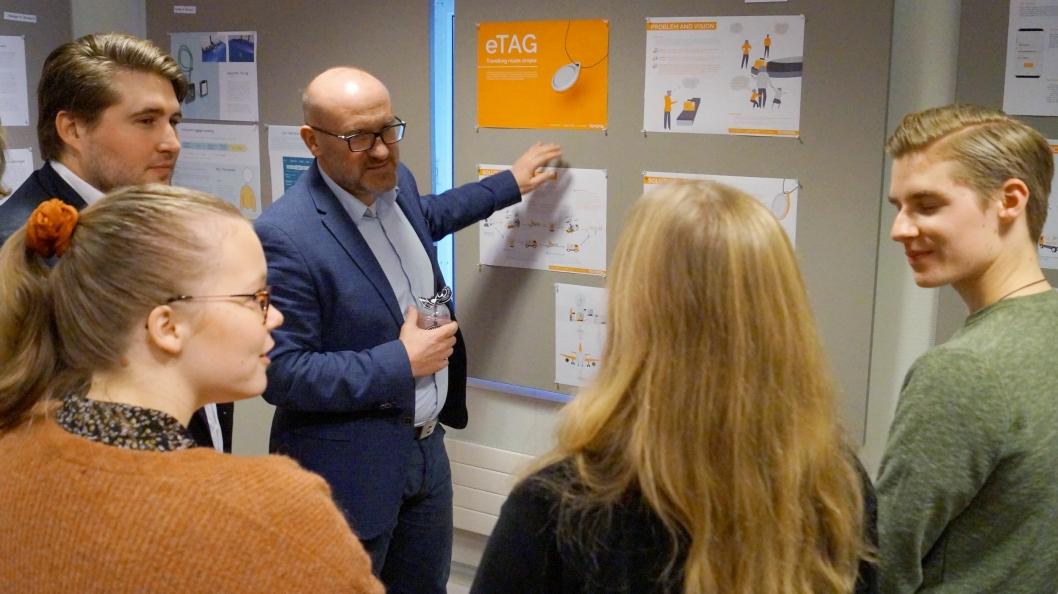 Idar Sørgjerd (Avinor) og Mathias Haeger (Toyota Material Handling) diskuterer fremtidens bagasjehåndtering med studentene på Industriell Design ved NTNU.