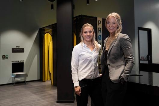 Stolte over åpningen av nytt pick-up-point på Ski Storsenter. Driftsleder for butikknettverket i PostNord, Alexandra Warelius (t.h.), og produktsjef for MyPack, May Helen Hansen Lundberg.