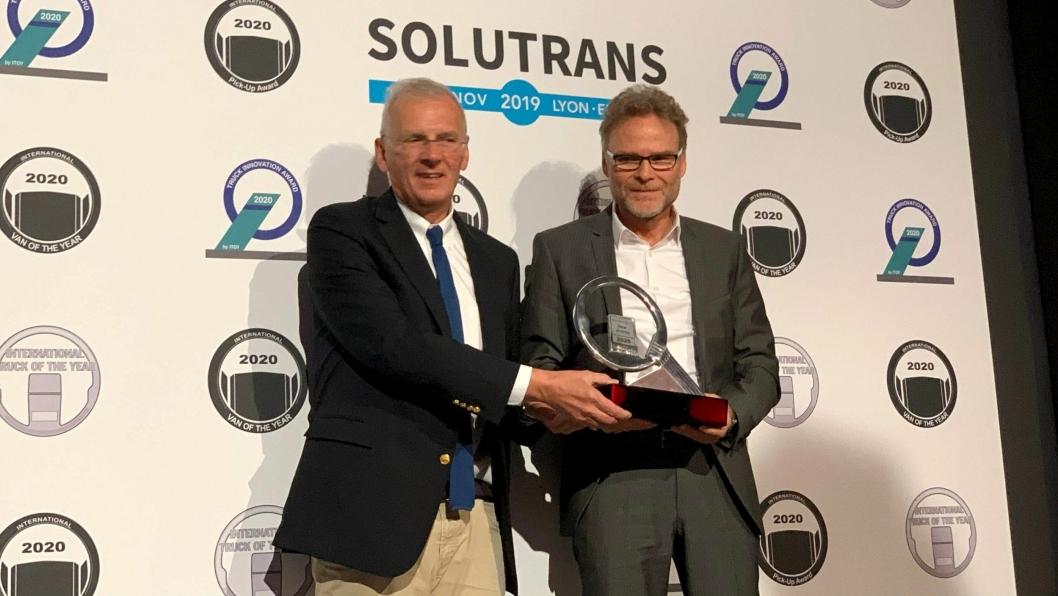 Juryformannen Gianenrico Griffini (t.v.) overrakte International Truck of the Year 2020-trofeet til Daimlers representant.
