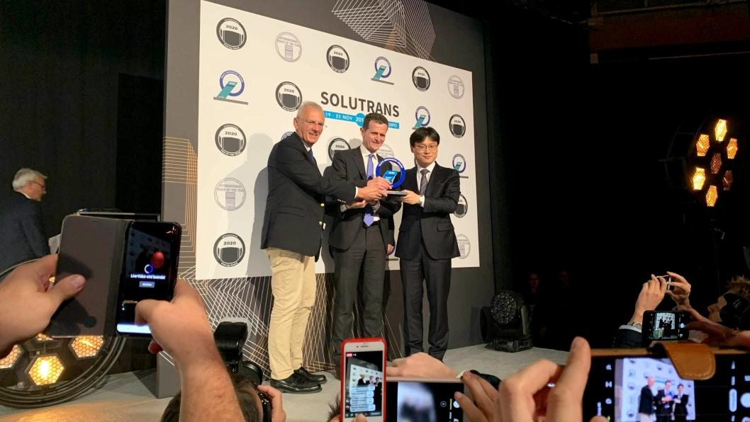 Fra venstre: Prisutdeler og juryleder Gianenrico Griffini, Rolf Huber (H2 Energy) og Edward Lee (Head of Hyundai Commercial Vehicle Business Division).