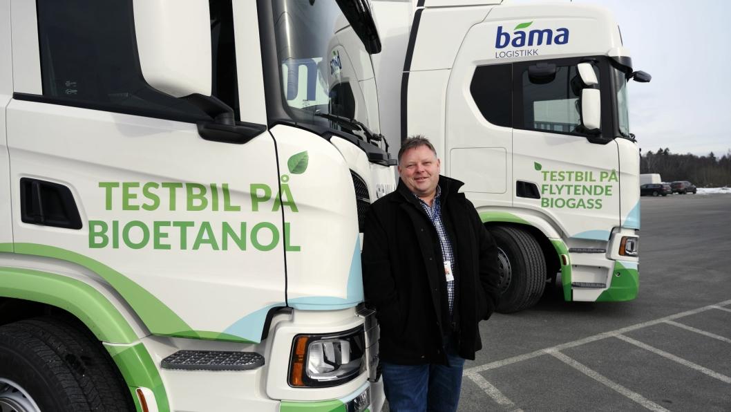 FOR TIDLIG: Runar Bakken har kjørt bioetanol og biogass et halvt år, men har konkludert med at det er for tidlig å bytte flere biler til dette.