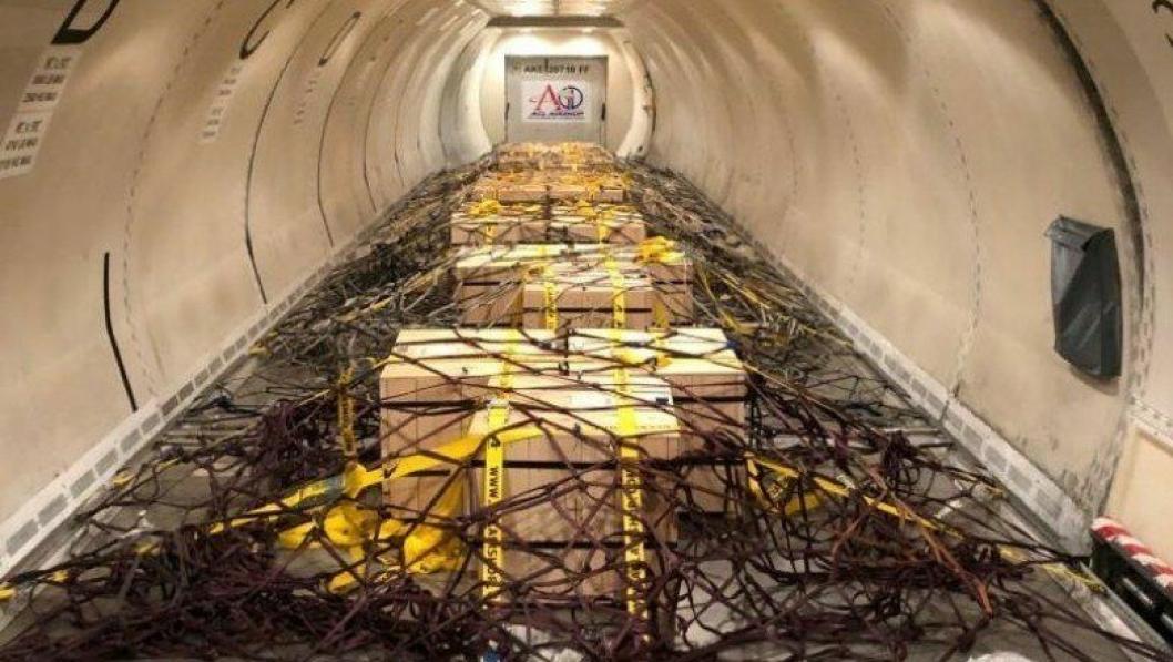 20 kasser med totalt 1000 gullbarrer om bord på et Boeing 737 lastefly.