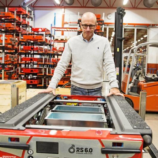 VETERAN: Mats Carlsson har ansvar for salg av lagerutstyr i EAB. Her med en Radioshuttle under montering.