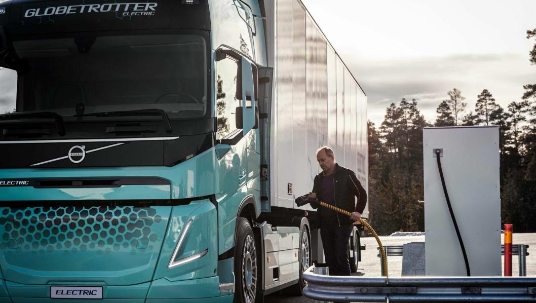 - For å øke etterspørselen etter elektrifiserte lastebiler, må ladeinfrastrukturen utvides raskt, sier Roger Alm, president Volvo Trucks.