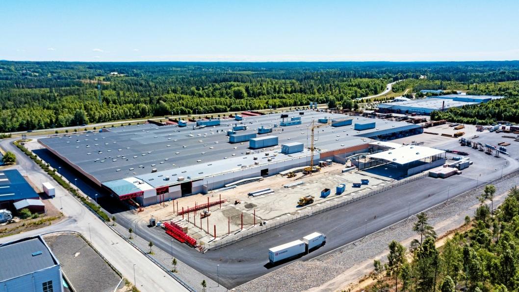 EAB-fabrikken i Smålandsstenar har rundt 250 ansatte, og er nylig utvidet til 55.000 kvadratmeter. Her fra byggeprosessen.