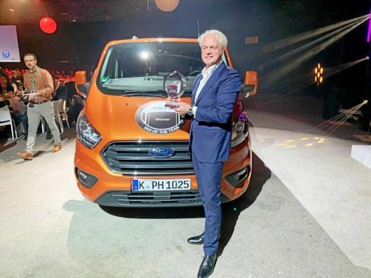 Hans Schep, daglig leder for nyttekjøretøy i Ford Europa mottok beviset på at Ford Transit Custom hybrid kan smykke seg med tittelen International Van of the Year 2020.