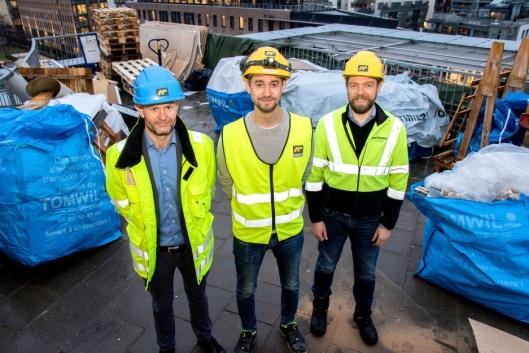 F.v: Sondre Opheim, regionsdirektør Øst i Optimera, Joakim Bøhn, prosjektleder i AF Byggfornyelse, og Audun Tharaldsen, logistikksjef i Optimera på riggplassen 25 meter over bakkenivå.