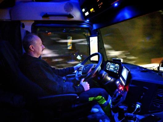 KOMFORT: Det er mørkt store deler av året når Stig Madsen er på jobb. Med skjermer i stedet for speil mener han det gir bedre oversikt, og han blir mindre sliten.Han kjører helt ytterst i Lofoten tre ganger i uka.