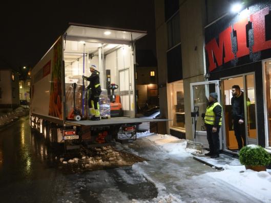 35 LEVERINGER: Opp i 35 leveringer har Stig Madsen på hver runde i Lofoten for ServiceNord Engros i høysesong.
