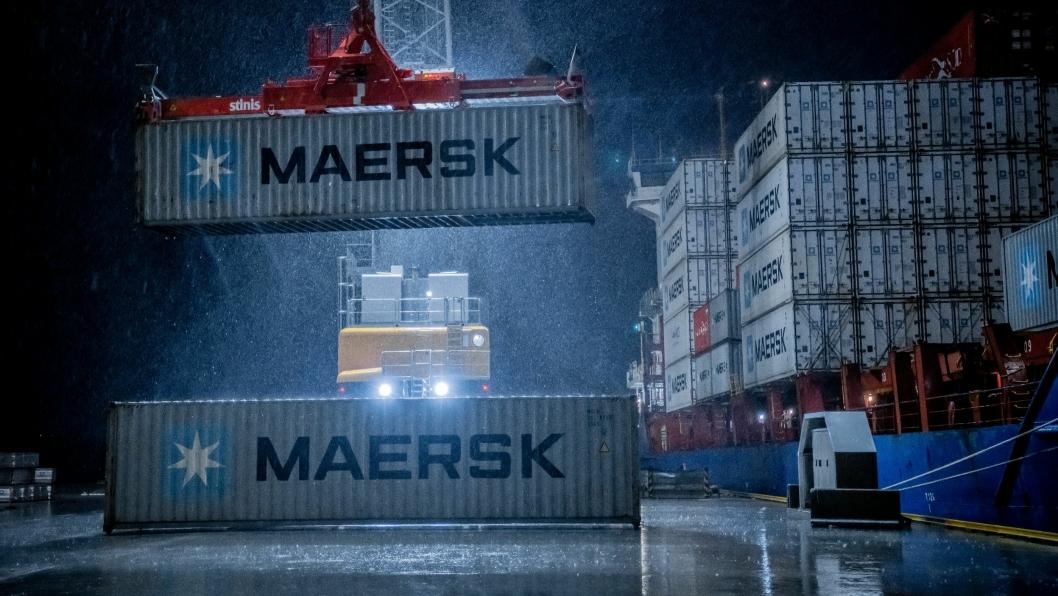 Haugesund Cargo Terminals, Husøy. Bildet viser containere, som blir lastet ombord på Maersks «JSP Sleipner». Containerskipet har en kapasiet på 916 TEUs. Foto Øyvind Sætre/Karmsund Havn.