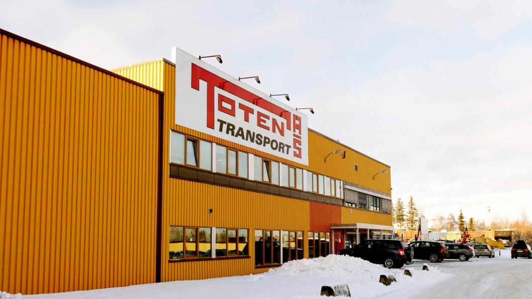 Flere ansatte og biler etter konkursen i Stål & Spesialtransport er nå i arbeid for Toten Transport AS. Bilde fra hovedkontoret på Raufoss.