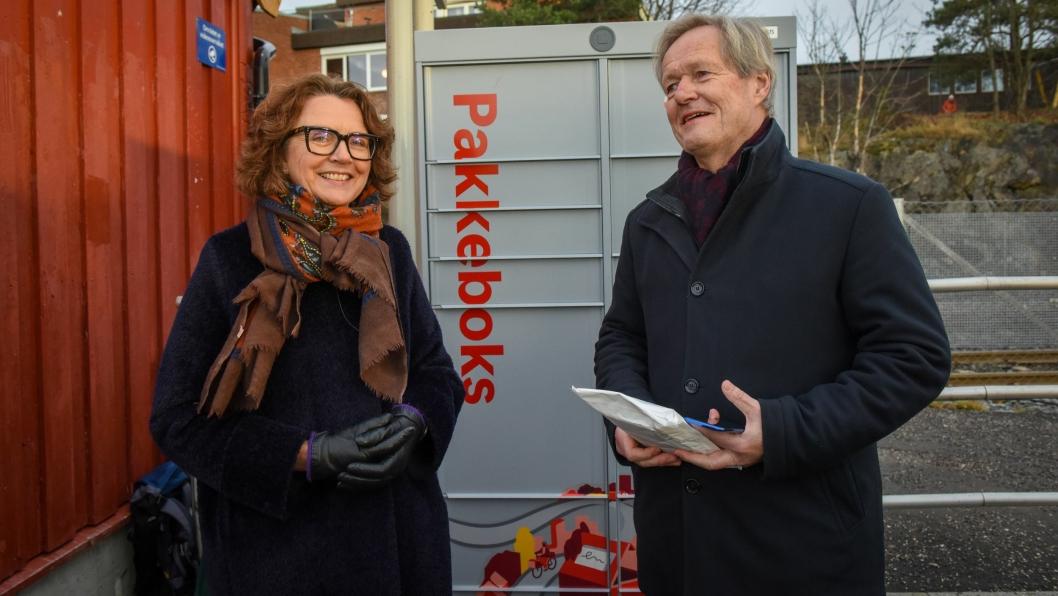 Konsernsjef Tone Wille i Posten sammen med Sporveiens konsernsjef Cato Hellesjø ved den aller første «Pakkeboks».