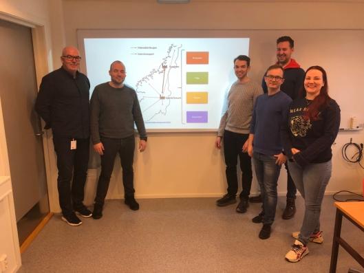 Her under presentasjonen av et av skolens hovedprosjekter. Fra venstre avdelingsleder Roy Jakobsen, og studentene Rune Øverlie, Henrik Skjørstad, Thor Fr. Kristiansen, Jon-Vegard Torgersrud og Siri Röch.