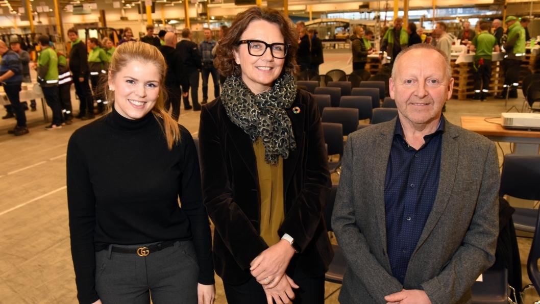 Postens konsernsjef Tone Wille (i midten) sammen med politisk rådgiver Inga Borud i Hamar kommune og distriktssjef Per Jakobsen under åpningen av det nye logistikksenteret i Hamar.