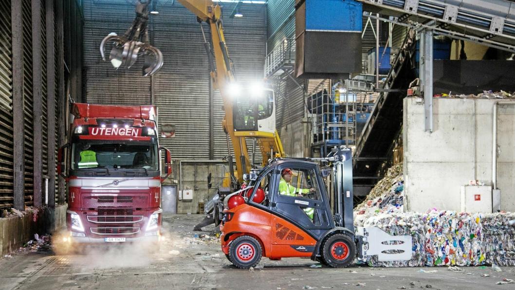 Biogass-trucken skal håndtere plastballer i gjenvinningsanlegget til Roaf på Skedsmo.