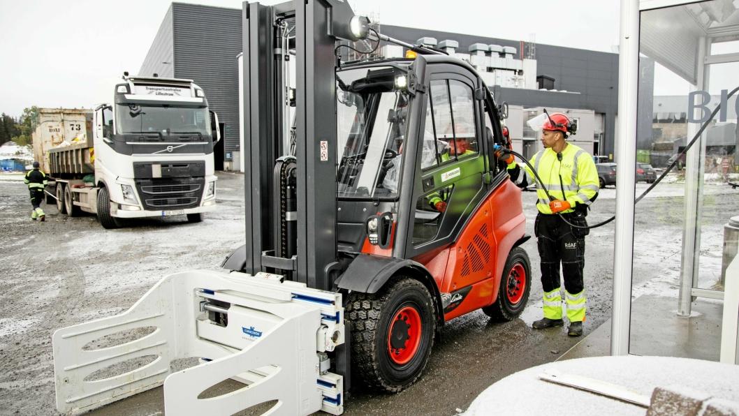 Truckfører Julio Cesar Juma kan fylle biogass rett ved Roafs eget anlegg.