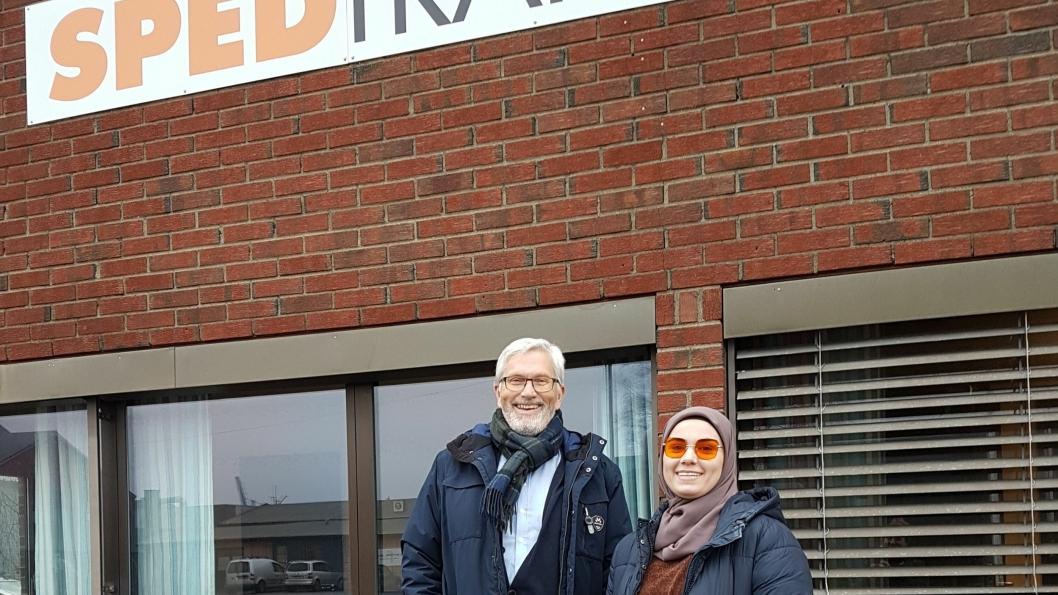 Diana Mezjijeva og daglig leder Helge Larsen i Sped Trans AS er stolte over å representere en traineebedrift.