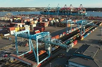 Over halvparten av containerne kommer med jernbanen til Göteborg havn