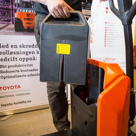 Batteriet veier kun 7 kg, og tas lett ut. Egenvekten til trucken er kun 137 kg.