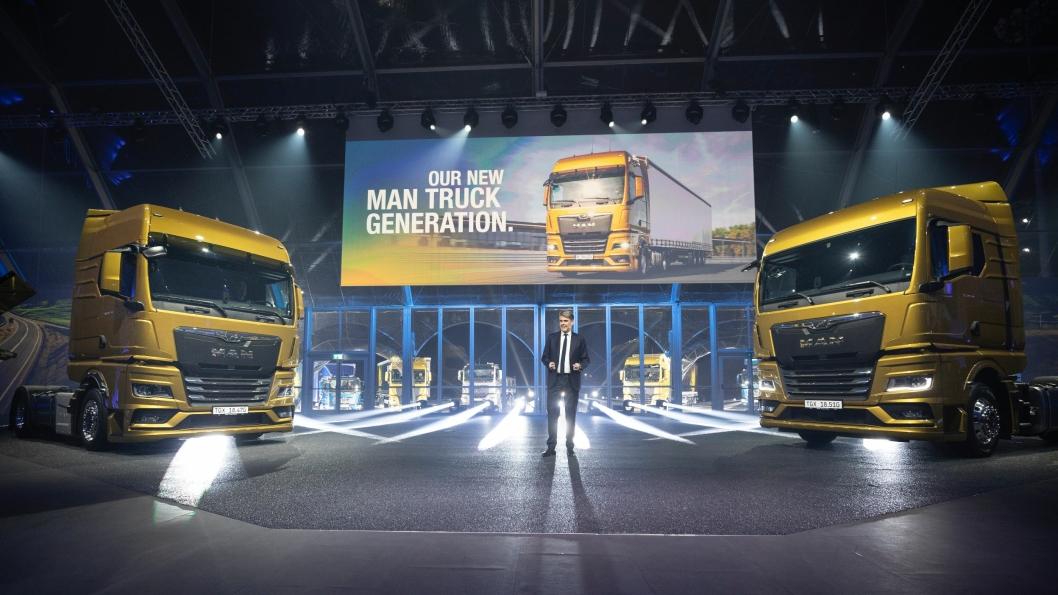 En gledens dag for MAN-sjef Joachim Drees som etter fem års arbeid endelig kan avduke de nye lastebilseriene til MAN.