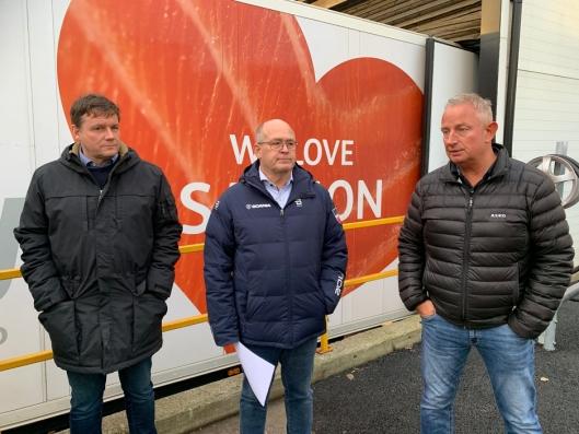 Fra venstre: Jon Are Wethal (Norsk Scania), John Laustad (Norsk Scania) og Trond Morten Pettersen (transportsjef i Asko) ved presentasjonen av den elektriske Scania-en onsdag 12. februar.