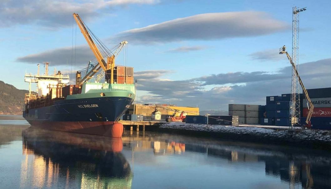 Atle Olav Larsen var med på å bygge opp det 26 år gamle North-Sea Container Line AS (NCL). Her anløper NCL Svelgen containerhavnen på Orkanger.