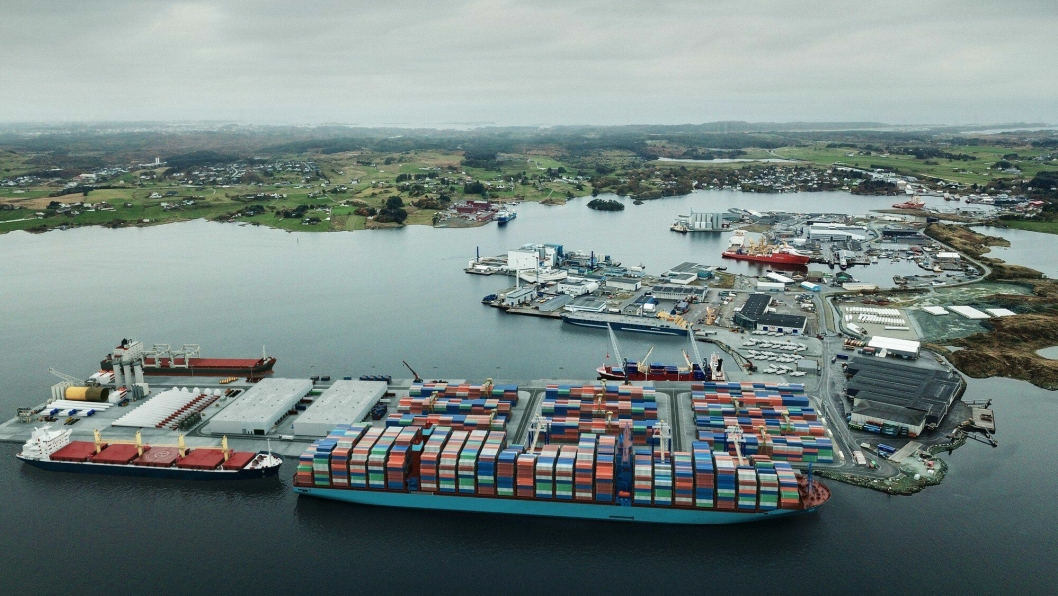 I sin illustrasjon over hvordan havnen vil se ut, har Karmsund Havn like gjerne klippet inn et av Mearsks 400 meter lange Triple E-skip - skip som i dag ikke trafikkerer noen norske havner.