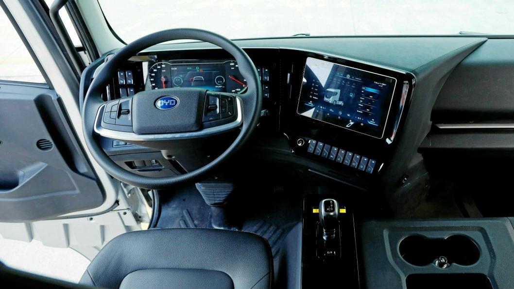 Interiøret er enkelt og dominert av en stor touchskjerm. Mellom setene finner vi en stor «motorkasse», og denne er nødvendig for å få plass til batteriene blir vi fortalt.