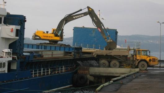 Lossing av flyveaske fra skip på Langøya. (Foto: NOAH AS)