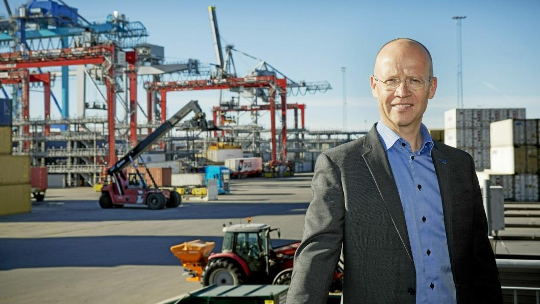 Havnedirektør i Oslo, Ingvar M. Mathisen, skryter av både rederier og egne ansatte som sørger for fortsatt vareforsyning til landet.