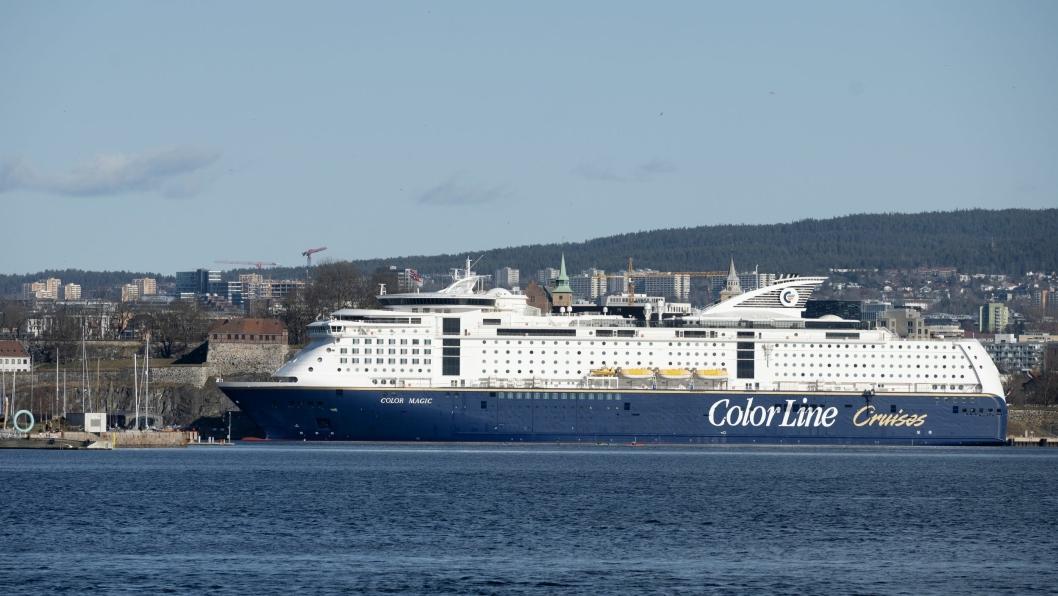 «Color Fantasy» har fått rask tilkobling til landstrøm på Vippetangen, der skipet ligger til myndighetene igjen åpner for utenlandsfergene til å gå i rute til Kiel. Dette er Color Magic som ligger ved Akershuskaia.