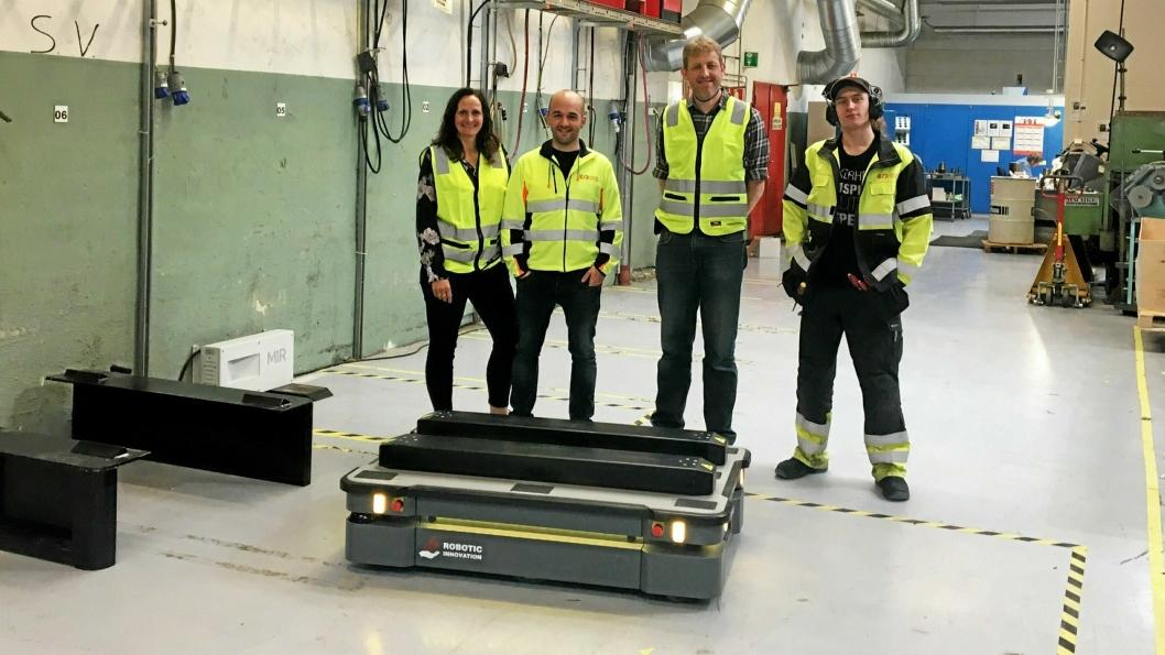I DRIFT: Hos Øglænd Systemhar Robotic Innovation levert en robot som flytter paller. Fra venstre Annette Anfinnsen, Kenan Jazavac, Eivind Lye og Marius Lundegård.