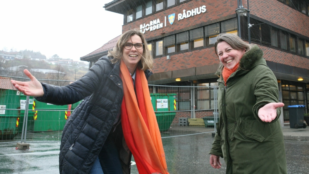 Tollgründer Grete Astad og nyansatt tollkonsulent Monica Flaterås ønsker 1. april velkommen til Tollkonsults nye avdeling i Bjørnafjorden. Foto: Per Dagfinn Wolden