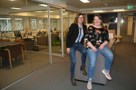 Grete Astad åpnet kontor i nye Bjørnafjorden kommune (tidl. Os) i nye Vestland fylke 1. april. Her sammen med nyansatt tollkonsulent, Monica Flaterås. Foto: Per Dagfinn Wolden