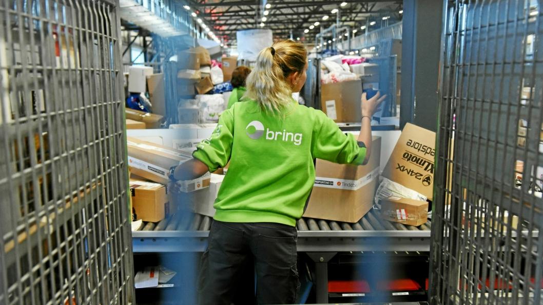 Store mengder pakker kombinert med dårlig vær skaper utfordringer for Posten og Bring.