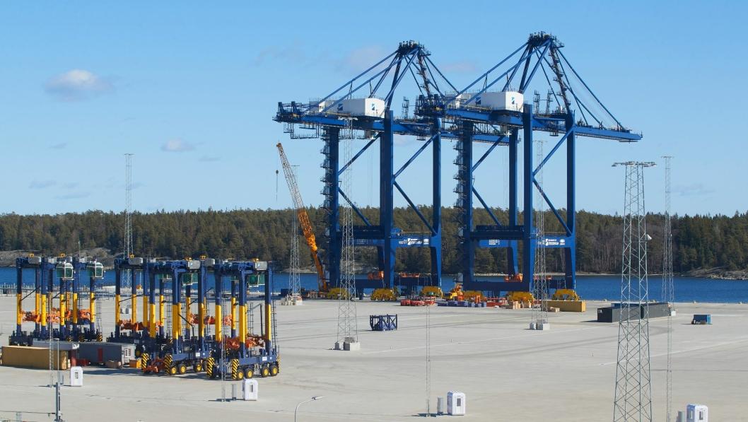 Kranene er på plass i havnen som åpner om en måneds tid.