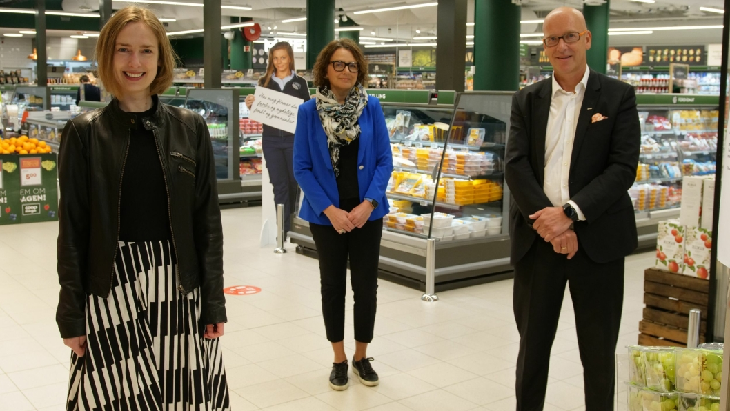 Næringsminister Iselin Nybø (til venstre) deltok under lanseringen av samarbeidet mellom Posten og Coop fredag, sammen med Postens konsernsjef Tone Wille og Coops konsernsjef Geir Inge Stokke - tidsriktig avstand fra hverandre.