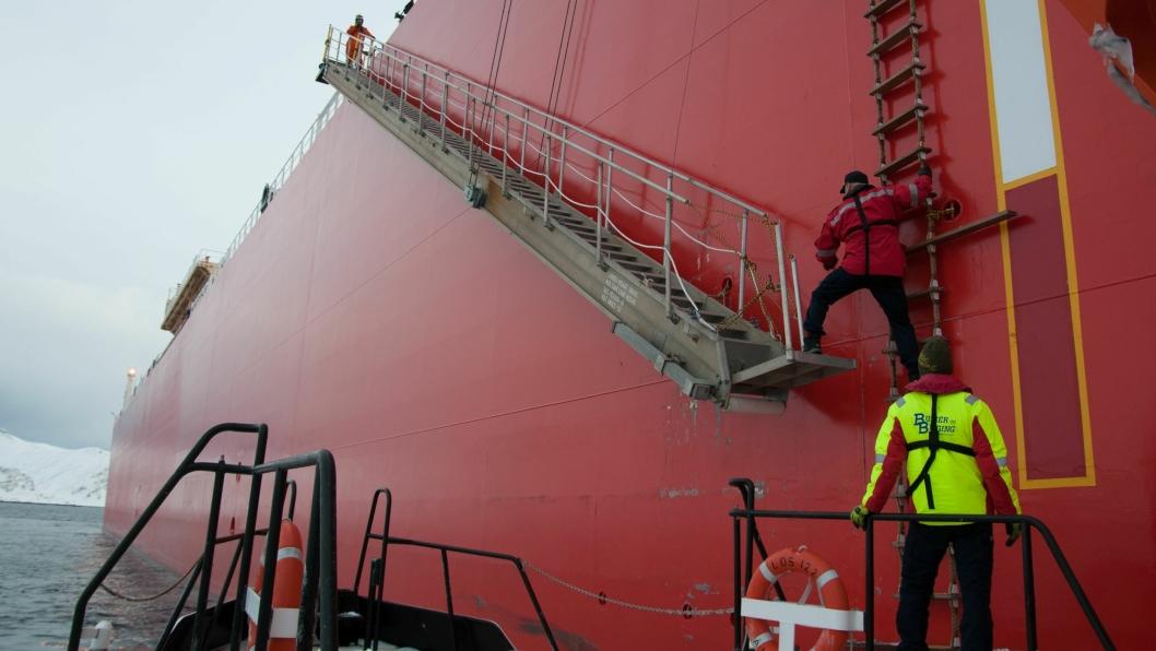 For å komme ombord, må losen ofte klatre på en leider langs skipssiden. Foto: Anders Røeggen/Kystverket.