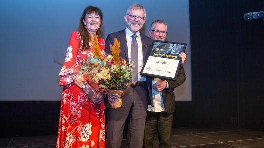 Pipelifes Kjell J. Larsen ble tildelt Logistikkprisen under festmiddagen på Røroskonferansen i februar. Her flankeres han av jurymedlemmene Bente Solberg og Jan Ola Strandhagen.