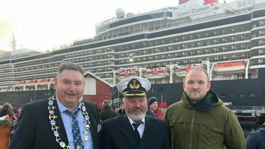 Her flankeres havnedirektør Rune Arnøy av daværende samferdselsminister Jon Georg Dale og Narvik-ordfører Rune Edvardsen i forbindelse med åpningen av den nye cruisekaia i fjor høst.