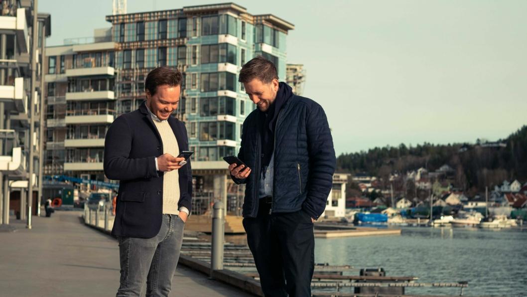 inn Magnus Holden (til venstre), forretningsutvikler Unloc, og Marius Leiddal, eiendomsutvikler i AF Eiendom tester ut nøkkeldeling på Kilen Brygge i Sandefjord.