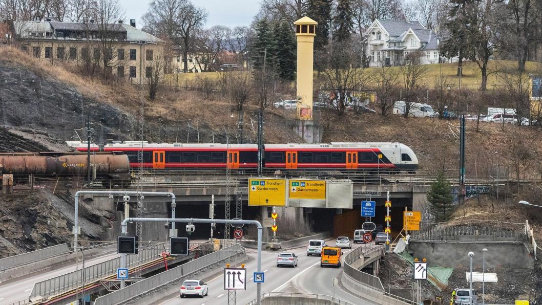 Et løp i Vålerengtunnelen blir stengt fra 8. juni 2020 til februar 2021. Statens vegvesen oppfordrer til å gå, sykle, reise utenom rushen og til hjemmekontor.