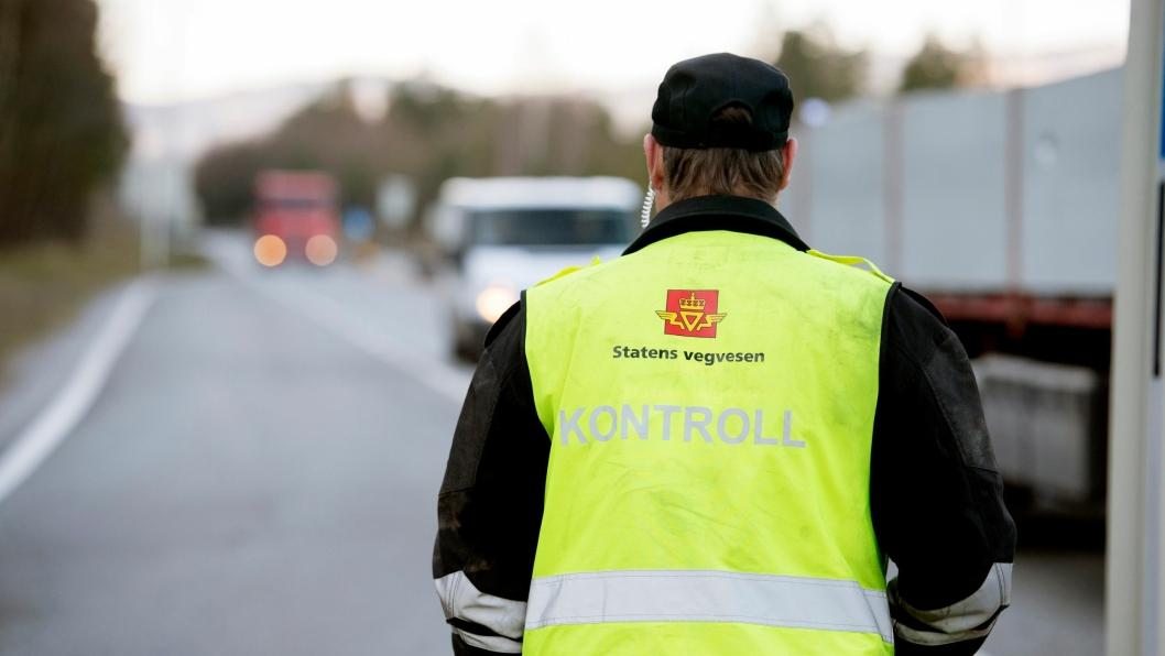 LOVENDRING: Lønns- og arbeidsvilkår for sjåførene kan snart bli kontrollert på stedet. Her fra en av Statens vegvesens tidligere utekontroller.