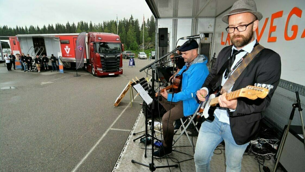 Sjefen for arrangementet, Øivind Aksberg, har gode råd til de som sitter på gjerdet og vurderer lastebilyrket. Yrkessjåføren, musikeren og veilederen for lærlinger ved Opplæringskontoret bidrar også til tøff og god underholdning.