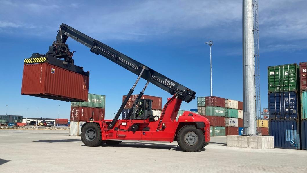 Med løft på opptil 60 tonn blir den nye Kalmar-stackeren en arbeidshest både på containerløft og prosjektlast som for eksempel vindmøller.