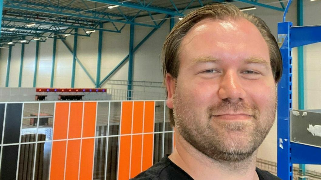 André Swensen, logistikkdirektør i Elektroimportøre, inviterer til live-stream og rundtur.